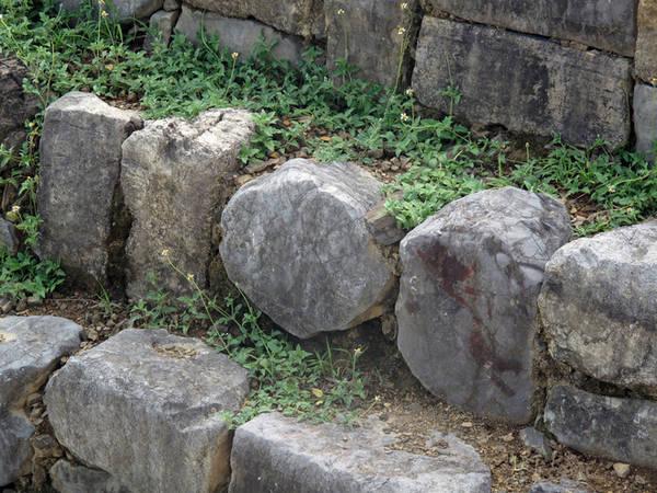 Trong số bậc đá kè thành giếng có một số khối đá hình tròn và các nhà khảo cổ vẫn đang giải mã.