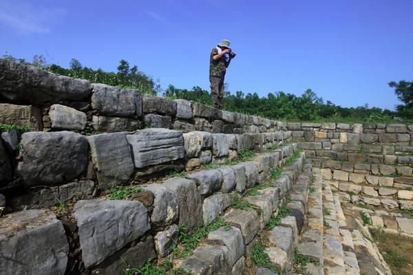 Cũng theo ông Dũng, khi phát lộ giếng thì Giếng Vua đã xuống cấp nghiêm trọng, nhiều đoạn đá kè thành bậc bị sụt lún, lòng giếng bị bùn và đất đá vùi lấp nên công việc phục dựng rất khó khăn. Căn cứ vào dấu vết các nhà khảo cổ đã biết được là có 9 tầng và cứ lần theo những thành giếng còn lại để hình thành các giếng kia.