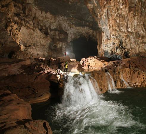Một con suối lớn bên trong hang. Ảnh: Oxalis