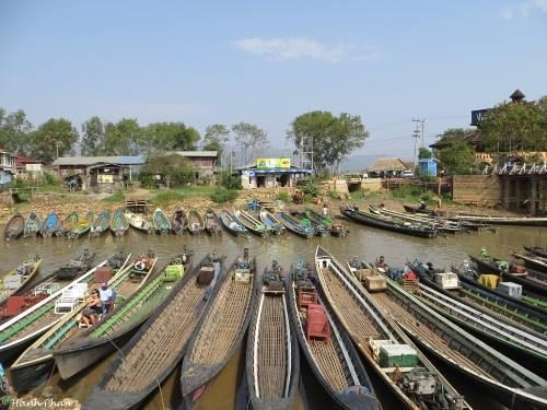 Tại bến chính của thị trấn Nyaung Shwe, những con thuyền đậu kín hai bên kênh. Ảnh: Phan Ngọc Hạnh.