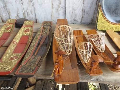 Đồ lưu niệm mô phỏng những con thuyền và người chèo thuyền một chân trên hồ Inle. Ảnh: Phan Ngọc Hạnh.