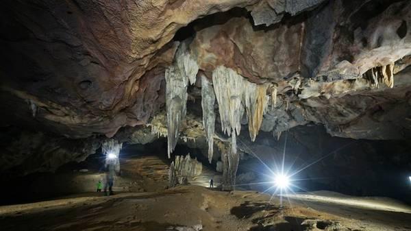 Hang Nước Nứt và hang Va mới chính thức được đưa vào khai thác du lịch từ ngày 17/7. Đoàn đầu tiên chinh phục hang này gồm 7 người cả Việt Nam và nước ngoài cùng sự hỗ trợ của chuyên gia hang động Howard Limbert.
