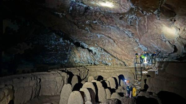Khi trông thấy những cột thạch nhũ khá tương đồng là lúc bạn đến điểm đẹp nhất trong lòng hang Va. Với chiều dài gần 1,7 km, hang Va được nhiều chuyên gia đánh giá là tuyệt mỹ và độc đáo nhờ hệ thống thạch nhũ có kích thước khá đồng đều. Trong hang tối đen như mực. Do vậy để chụp ảnh, bạn cần thiết lập một hệ thống ánh sáng với sự hỗ trợ của nhiều người.