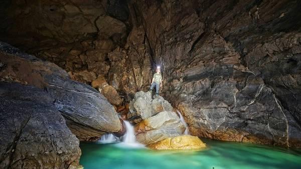 Các thành viên sẽ được phát mũ bảo hiểm, găng tay, đèn để bắt đầu hành trình khám phá. Điểm dừng chân đầu tiên là hang Nước Nứt. Phần đầu hang khô nhưng đi sâu vào trong du khách sẽ bắt gặp một hồ nước và bạn có khoảng hai giờ khám phá, chụp ảnh tại đây.