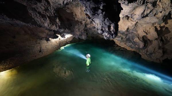 Trước khi đến được những cột thạch nhũ tuyệt đẹp trong lòng Hang Va, du khách sẽ phải lội qua một con sông ngầm...