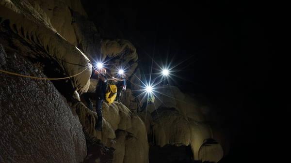 ... sau đó leo qua những bức tường đá khổng lồ với sự hỗ trợ của các thiết bị chuyên dụng.