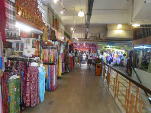 Ngày nay, khu chợ còn bán thêm quần áo, đồ lưu niệm địa phương và giá cả rất phải chăng. Chợ cũng được coi là một trong những di sản quý giá của Malaysia.