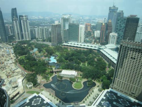 Đứng tại cầu trên không, du khách có thể phóng tầm mắt ra xa và quan sát cả một vùng Kuala Lumpur rộng lớn.