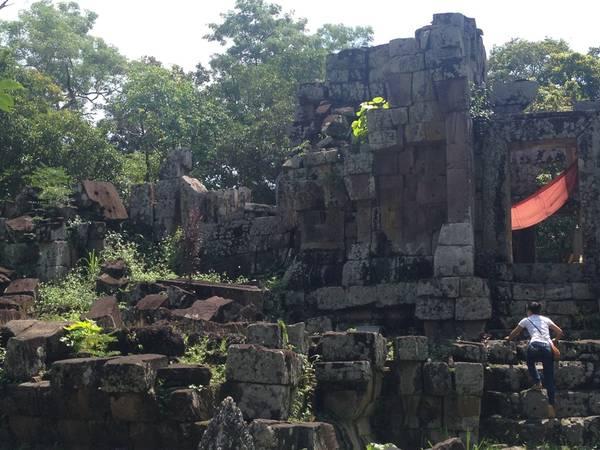 Nhà đá Heuan Hinh được tạo dựng từ năm 553 trước công nguyên, theo kiến trúc Chàm hay tiền Angkor. Ảnh: halfwaytothestars.wordpress.com