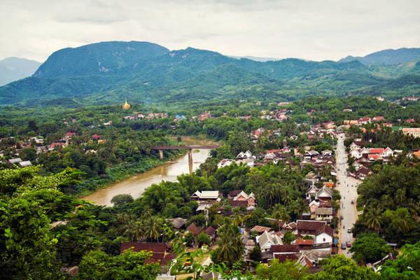 Thành phố Luang Prabang yên bình nhìn từ trên cao. Ảnh: trover.com
