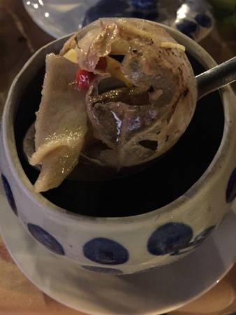 Khi ăn món này, thực khách sẽ gấp rau thơm thái nhỏ cho vào, trộn lên và dùng. Ảnh: Thảo Nghi