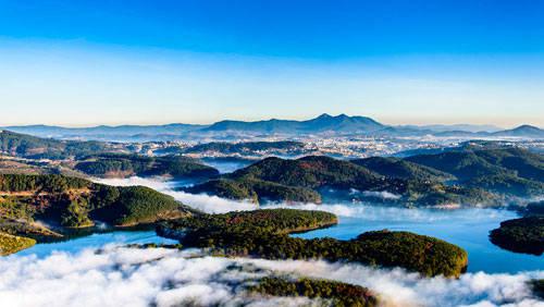 """Được mệnh danh là """"thành phố sương mù"""" hay """"thành phố mộng mơ"""", Đà Lạt hấp dẫn khách du lịch với sự lãng mạn, khí hậu dễ chịu cùng những địa điểm tham quan thú vị. Đến đây vào tháng 6, tháng 7 khi thời tiết nắng lạnh ở thành phố này chuyển sang mùa sương bạc, bạn sẽ có cơ hội ngắm nhìn khung cảnh tuyệt đẹp của Đà Lạt trong mây."""