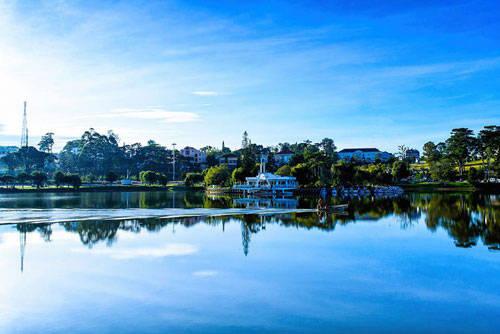 """Chắc chắn khách du lịch đến """"thành phố ngàn hoa"""" đã quá quen thuộc với khung cảnh thơ mộng ở hồ Xuân Hương. Ghé thăm vào dịp sáng sớm, khi sương còn giăng, mặt hồ phẳng lặng, vài cơn gió nhẹ sẽ cho bạn những cảm giác khó quên."""