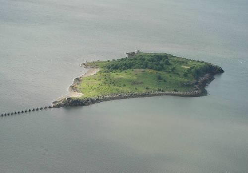 """<strong>Con đường dẫn đến đảo Cramond (Anh): </strong> Đảo Cramond là nơi có thể chiêm ngưỡng rõ nhất cảnh """"con đường giữa đại dương"""" lúc ẩn lúc hiện. Cách đất liền khoảng một km và được nối bằng một con đường thẳng tắp, từ trên cao nhìn xuống, đảo Cramond hiện ra như một chú cá đang bị mắc vào dây câu. Mỗi khi thủy triều lên, con đường nối đảo và đất liền hoàn toàn biến mất. Du khách chỉ có thể nhìn thấy những cột đá chặn sóng được xếp thành hàng đều tăm tắp, trải dọc con đường vừa chìm xuống dưới mặt nước biển. Ảnh: wikipedia."""