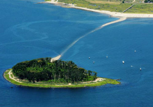 <strong>Đường đến đảo Charles (Mỹ): </strong> Không những nổi tiếng bởi là một trong những con đường giữa biển đẹp nhất hành tinh, nơi đây còn được biết đến với truyền thuyết về lời nguyền phù thủy hay kho báu bị chôn giấu. Mỗi khi thủy triều xuống, con đường được vun đắp bởi cát và sỏi dần dần hiện mình từ dưới mặt nước, nổi lên trên màu xanh thẫm của đại dương bao la, tạo nên cảnh tượng khó quên cho những ai được chiêm ngưỡng. Ảnh: ctpost.