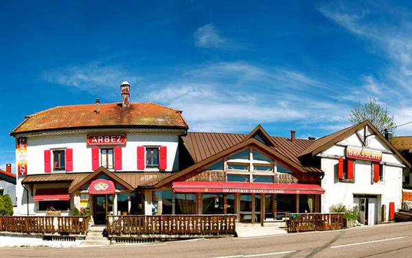 Quán bar đa quốc gia Arbez là một khách sạn đặc biệt thuộc làng La Cure nằm trên biên giới Pháp - Thụy Sĩ, cạnh dãy Jura. Đường biên giới giữa hai quốc gia này chạy thẳng trong khách sạn, ngăn đôi quầy bar, phòng khách và cầu thang thành hai địa điểm thuộc hai đất nước khác nhau. Do đó, bạn có thể uống bia trong quầy bar ở Pháp và lên cầu thang để sang Thụy Sĩ đi ngủ. Chính nhờ vị trí độc đáo này, nơi đây thu hút khá đông du khách tới tham quan, nghỉ dưỡng.
