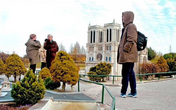 Nước Pháp Thu Nhỏ Khi bạn chiêm ngưỡng tháp Eiffel đứng cạnh lâu đài Chambord nổi tiếng, và ngay cạnh đó là cung điện Versaille, điều đó chắc chắn rằng bạn đang có mặt tại France Miniature (Nước Pháp thu nhỏ), một điểm đến nằm ngay ngoại ô Paris. Đây là nơi mà bạn có thể cùng lúc chiêm ngưỡng nhiều công trình nổi tiếng của nước Pháp.