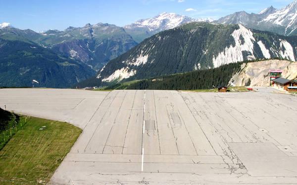 Sân bay Courchevel Sân bay Courchevel (nằm ở thị trấn trượt tuyết nổi tiếng cùng tên) được coi là một trong những sân bay gây đau tim nhất thế giới, khi đường băng của nó chỉ dài khoảng 536 m và khá dốc. Phi công phải có giấy phép đặc biệt mới được phép hạ cánh tại đây.