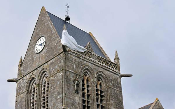 Tượng John Steele mắc kẹt trên nóc nhà thờ Trên nóc nhà thờ ở Ste Mère Eglise, Normandy là bức tượng người lính Mỹ nhảy dù có tên John Steele và chiếc dù của anh bị mắc kẹt. Công trình này nhằm kỷ niệm ngày D-Day năm 1944 (ngày Đồng minh bắt đầu chiến dịch đổ bộ lên bãi biển Normandy, nay thành ngày kỷ niệm lớn tại Pháp).