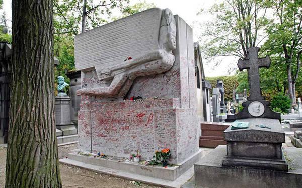Lăng mộ của những nụ hôn Lăng mộ của Oscar Wilde là điểm đến ưa thích với du khách và rất nhiều người trong số họ đã để lại một vết son trên bức tường ngôi mộ làm kỷ niệm. Một phần trong số đó muốn thể hiện sự yêu mến đối với đại văn hào.