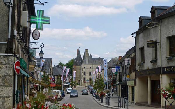 Quê nhà của người Scotland Aubigny-sur-Nère là một xã thuộc tỉnh Cher trong vùng Centre-Val de Loire miền trung nước Pháp. Năm 1419, John Stewart, một hậu duệ của nhà Stuarts (gia tộc hoàng gia ở châu Âu), đã mang theo một đội quân lớn những người lính Scotland tới đây để chiến đấu cho vua Charles VII. Nhờ đó, ông được trao tặng nhiều danh hiệu và quyền cai trị Aubigny. Dòng họ nhà Stuart đã ở đây 400 năm và ngày nay, thị trấn xinh đẹp này là điểm đến hút khách của những người Scotland và Anh khi du lịch Pháp.
