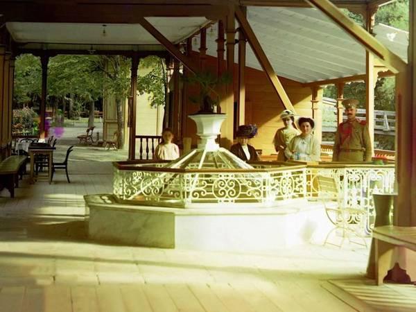 Thị trấn Borzhomi, nằm trong dãy núi Caucasus, ngày nay thuộc Gruzia, từng chịu sự kiểm soát của Nga trong những năm 1820. Nơi đây trở thành điểm du lịch lý tưởng nhờ sự phong phú của suối nước khoáng và những gian hàng thời trang bậc nhất.