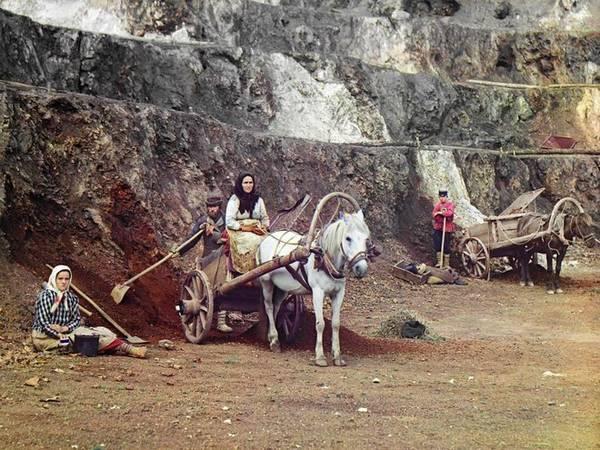 Một gia đình khai thác mỏ ở dãy núi Ural được tác giả chụp năm 1910 với mục đích ghi lại một phần đời sống kinh tế của Nga trong giai đoạn này.