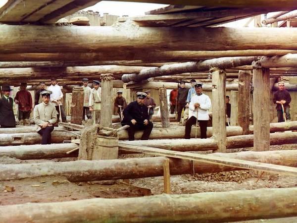 Người lao động và giám sát đang chuẩn bị làm móng cho một đập cống qua sông Oka, gần thị trấn Denivo vào năm 1912.