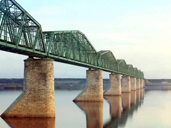 Cầu được xây dựng bắc qua sông Kama giúp nối liền tuyến đường sắt xuyên Siberia với chiều dài khoảng 9.600 km.