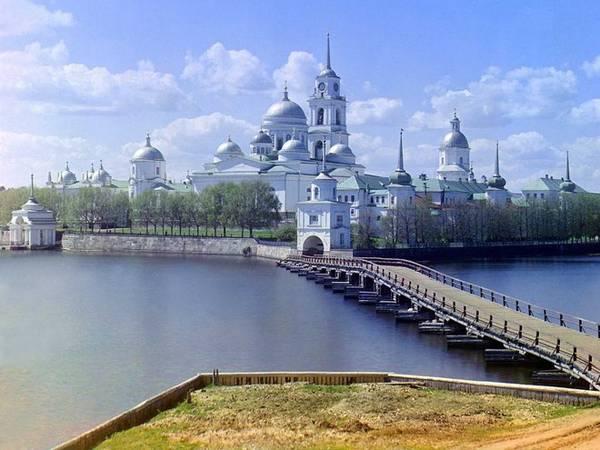 Tu viện Thánh Nil nằm trên đảo Stolobnyi, bên hồ Seliger được xây dựng vào năm 1528. Đây là một trong những tu viện lớn và hoành tráng nhất của Đế chế Nga trong những năm 1600. Sau khi đóng cửa năm 1927, nơi đây trở thành nhà thờ của Giáo hội chính thống Nga vào năm 1990.