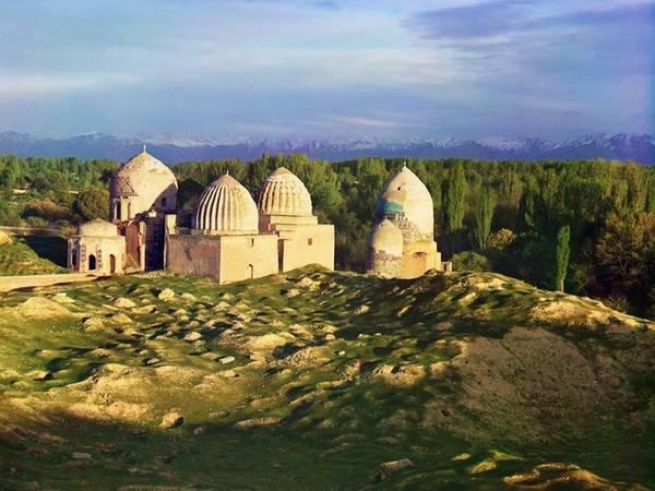 Thánh đường Hồi giáo Shakh-i-Zindeh, ở Samarkand là nơi tập trung nhiều ngôi mộ và nhà nguyện đặc biệt dành cho phụ nữ dưới thời lãnh chúa Timur (còn được gọi là Tamerlane), người cai trị Trung Á từ năm 1370 đến 1405.
