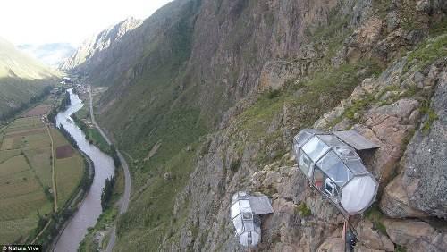 Công ty có tất cả ba phòng hình con nhộng chứa được tối đa 8 người. Các phòng đều được cố định ở độ cao hơn 120 m tại một vách đá nghiêng 30 độ của thung lũng Sacred.
