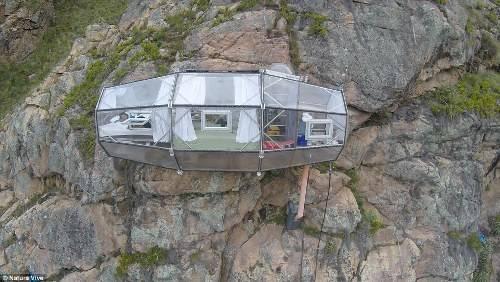 Du khách muốn tới được đây bắt buộc phải tự leo hoặc đi bộ lên độ cao hơn 120 m, sáng hôm sau rời đi sẽ có dây cáp để đu trở về.