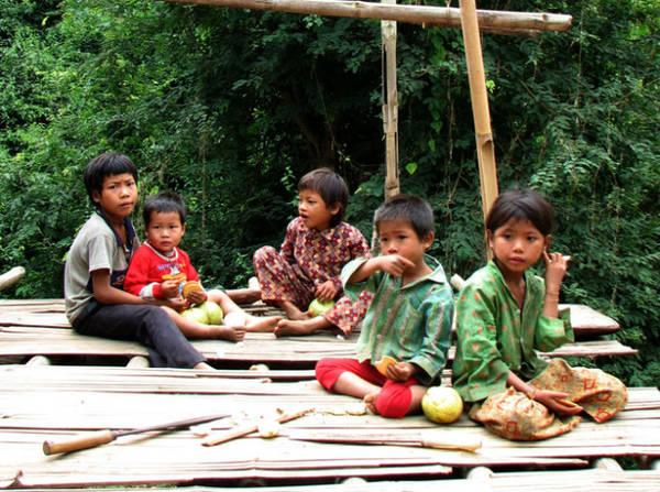 Lúc nhóc bản Nà Un - Ảnh: Băng Giang