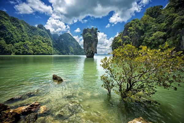 Vịnh Phang Nga là nơi tập trung những ngọn núi đá vôi khổng lồ, thắng đứng ngoài biển cả Phuket. Ảnh: tumblr.mylesbraithwaite.com