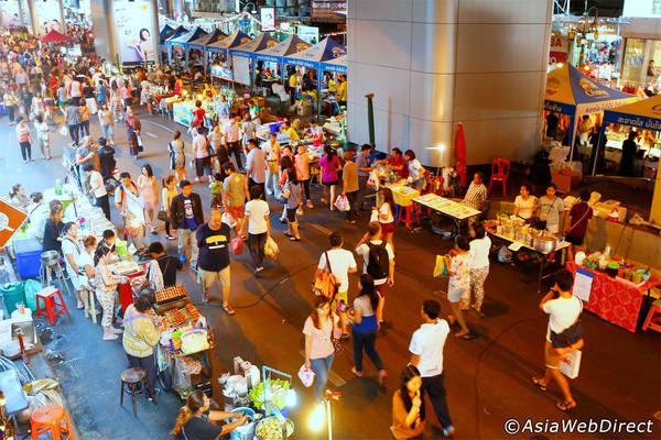 Không khí nhộn nhịp ở chợ đêm Silom. Ảnh: Bangkok.com
