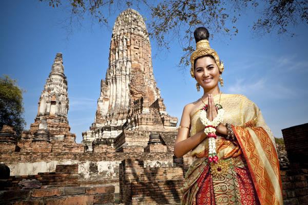 Khi chào người Thái, bạn nên theo kiểu hai tay chắp trước ngực, đầu hơi cúi xuống. Ảnh: samuiislandvillas.com