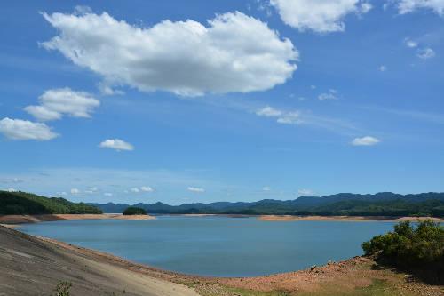 Mây trời giao hòa cùng sắc xanh ở hồ Kẻ Gỗ.