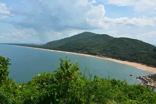 Bãi biển Thạch Hải hoang sơ nhìn từ trên cao.