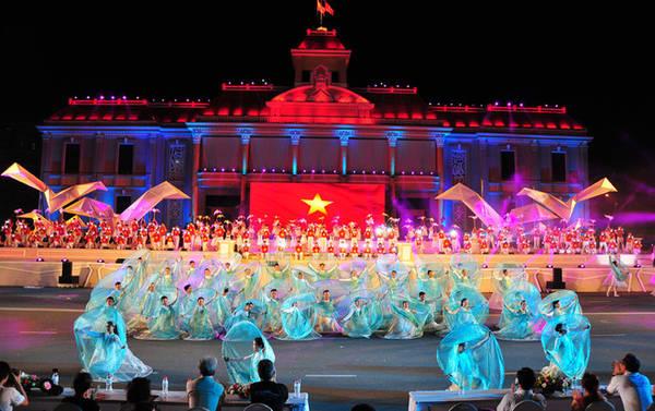 Tối 12/7, lễ hội đường phố trong khuôn khổ Festival biển 2015 được tổ chức tại quảng trường 2 Tháng 4, TP Nha Trang. Các tiết mục nghệ thuật được biểu diễn trên tông nền xanh ngọc của biển, rực đỏ cờ Tổ quốc thiêng liêng hướng về nguồn cội.
