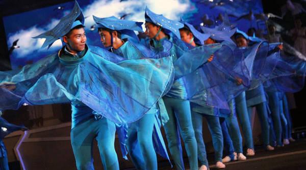 Những người con xứ biển mở rộng vòng tay chào đón bạn bè khắp nơi đến với Nha Trang, tạo nên một miền đất hòa bình, thân ái.