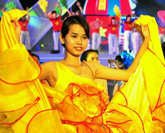 Hàng trăm diễn viên múa được huy động để tham gia các màn trình diễn nghệ thuật trên đường phố Nha Trang, tạo nên không khí sôi động và rực rỡ.