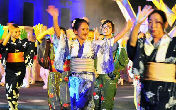 Những người bạn Nhật Bản hào hứng mang tới lễ hội nét đặc trưng của đất nước mình.