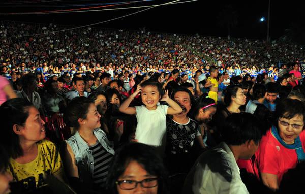 Hàng nghìn người dân tỏ ra thích thú khi chiêm ngưỡng lễ hội đường phố đa màu sắc.