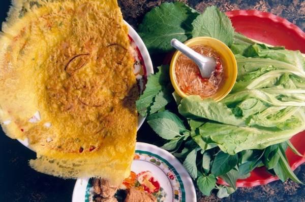 Bánh xèo: Những chiếc bánh cỡ lớn, giá rẻ và no bụng này của Việt Nam có nhân tôm, thịt lợn, giá và trứng. Bạn cần cuốn một miếng trong bánh tráng cùng rau thơm, chấm nước mắm cay trước khi ăn.