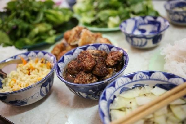 Bún chả: Đây là món đặc sản của Hà Nội. Bạn có thể tìm thấy bún chả ở các quán vỉa hè khắp thành phố. Chả viên hoặc chả miếng được nướng trên than hoa, tỏa mùi thơm quyến rũ, ăn kèm bún sợi nhỏ, rau thơm và nước mắm chua ngọt.