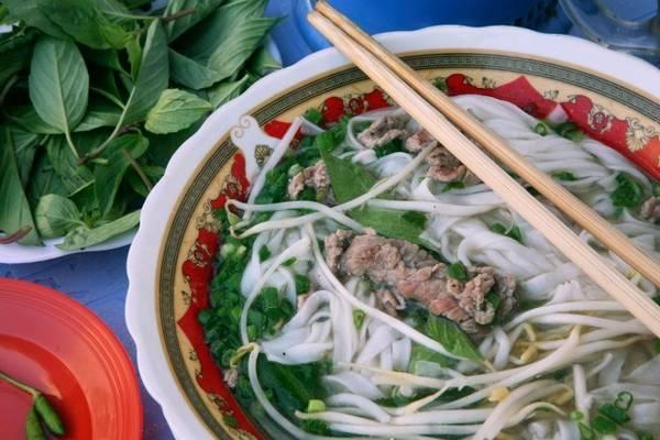 Phở: Món ăn nổi tiếng nhất của Việt Nam này có thể khiến những thực khách khó tính nhất hài lòng. Bạn có thể thưởng thức món ăn này vào bất cứ thời điểm nào trong ngày, nhưng chủ yếu người dân ăn phở vào bữa sáng. Một bát phở thường gồm bánh phở chan nước dùng bò hoặc gà, thêm hành tươi, các lát thịt mỏng, chanh ớt...
