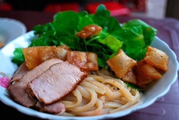 Cao lầu: Nơi tuyệt nhất để thưởng thức món ăn này là miền Trung Việt Nam, cụ thể là Hội An. Bát cao lầu gồm các sợi mỳ màu vàng, giá đỗ, tôm, thịt lợn, các loại rau sống và một chút nước dùng.