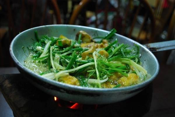 Chả cá: Những món ăn từ thủy hải sản là một phần không thể thiếu trong ẩm thực Việt Nam. Chả cá nổi tiếng nhất là ở Lã Vọng, Hà Nội. Cá được rán giòn, sau đó cho vào nước sốt cùng rau thơm và hành tươi, ăn kèm bún và lạc rang.Chả cá: Những món ăn từ thủy hải sản là một phần không thể thiếu trong ẩm thực Việt Nam. Chả cá nổi tiếng nhất là ở Lã Vọng, Hà Nội. Cá được rán giòn, sau đó cho vào nước sốt cùng rau thơm và hành tươi, ăn kèm bún và lạc rang.