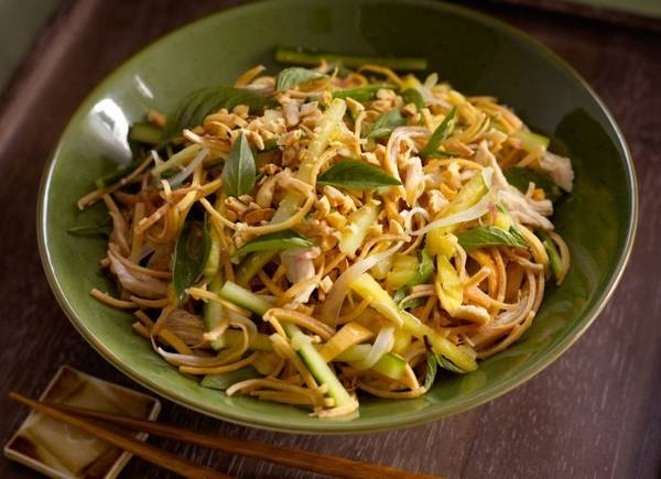 Nộm hoa chuối: Hoa chuối được thái lát mỏng, thêm chanh ớt và các loại rau thơm, tạo ra hương vị riêng . Một số biến tấu của món này có thêm thịt gà, thịt bò, tai lợn...
